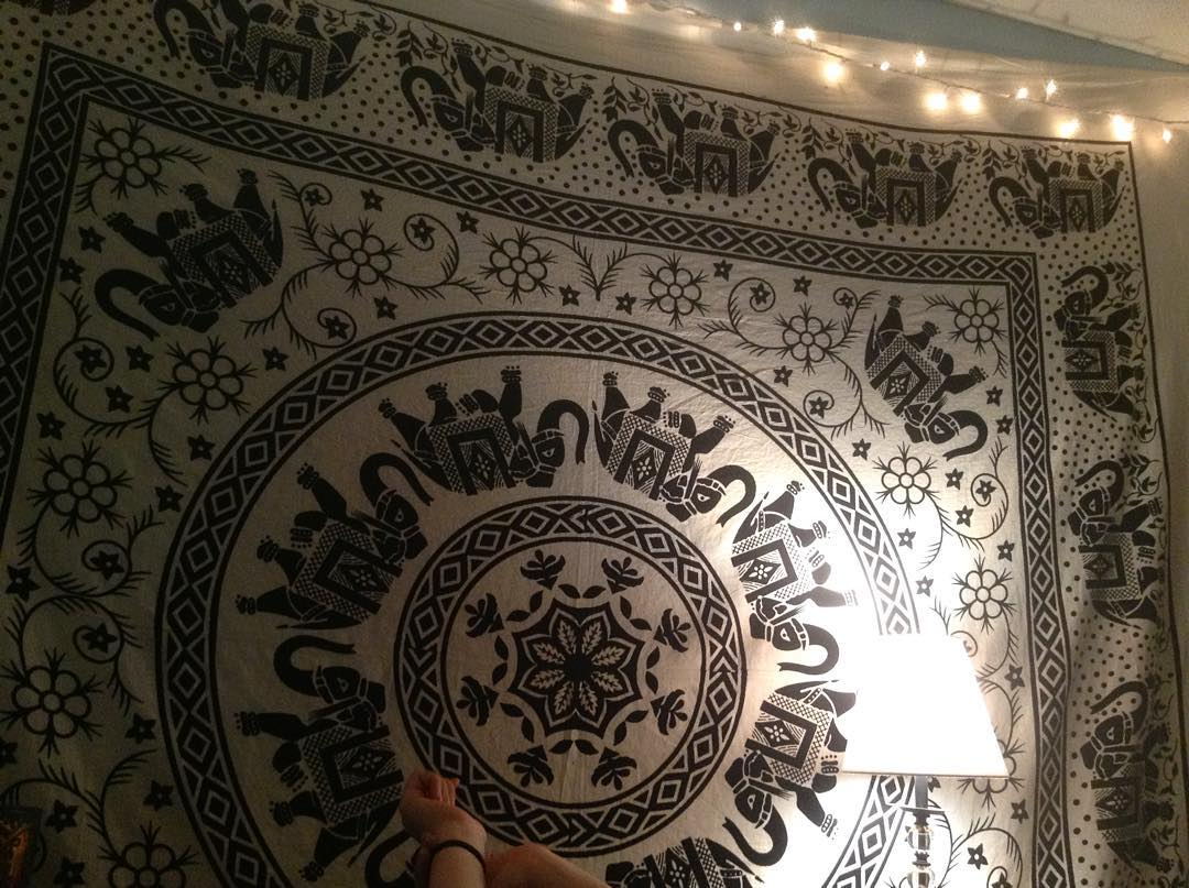 hung my tapestry and I'm very happy w it. btw, it's pronounced TAP-estry not TAPE-estry. even though I've been saying TAPE-estry literally my whole freaking life.