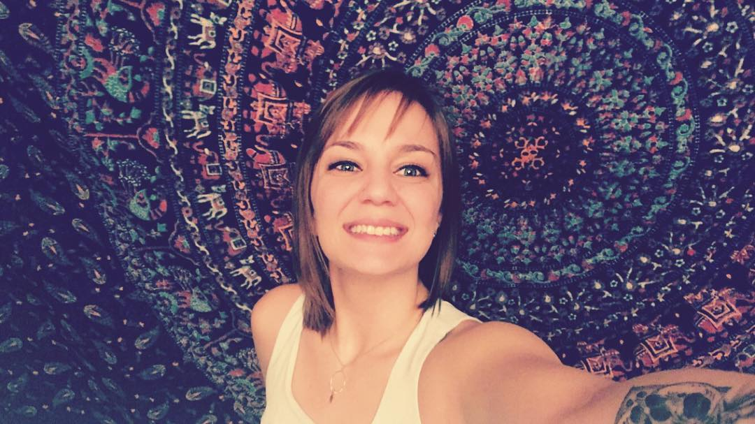 I hate photos of myself BUT I got this cool tapestry and what better way to show it off? 😋✨💜